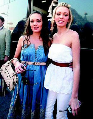 塔玛拉(左)和佩特拉(右)在美貌和金钱上都可以与美国的希尔顿姐妹媲美,但她们更愿意选择优良品质和淑女风范的生活。
