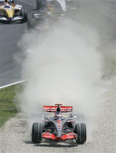 图文:[F1]阿隆索发车事故 禁不住冲上赛道缓冲
