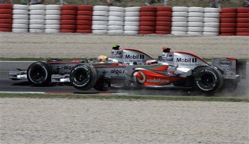 图文:[F1]阿隆索发车事故 阿隆索赛车失去平衡