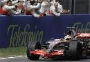 图文:[F1]西班牙站正赛 车队为汉密尔顿欢呼