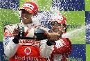 图文:[F1]西班牙站正赛 马萨为汉密尔顿庆祝