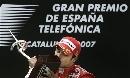 图文:[F1]西班牙站正赛 马萨热情拥吻冠军杯