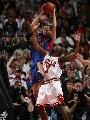 图文:[NBA]公牛战胜活塞 普林斯拼抢篮板