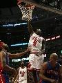 图文:[NBA]公牛战胜活塞 邓大力扣篮