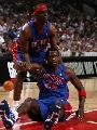 图文:[NBA]公牛战胜活塞 麦克代斯倒地