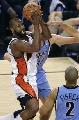 图文:[NBA]爵士vs勇士 戴维斯杀入篮下