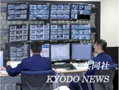 """日本首家""""民营""""监狱的警卫室。通过排列整齐的监视屏,监狱内部情况一览无遗。"""
