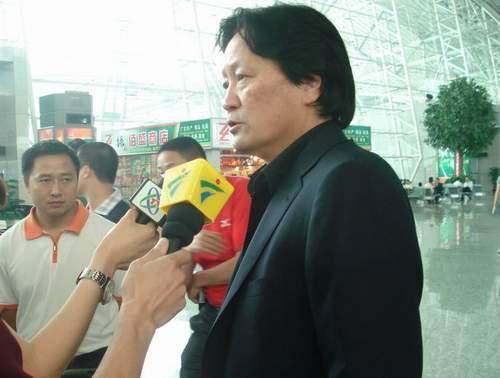 图文:[中泰战]国足出征泰国 朱广沪接受采访