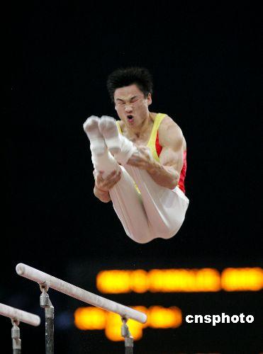 资料图片:杨威在男子双杠比赛中。 中新社发 李刚 摄