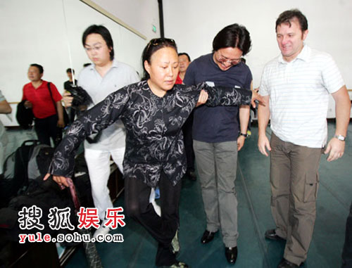 斯琴高娃不顾伤腿与制作人李盾(中)、导演韦恩(右)来到剧组观看排练