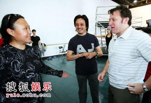 斯琴高娃与制作人李盾(中)、导演韦恩(右)热烈讨论