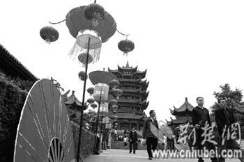 """今年""""五一""""期间黄鹤楼公园迎来大批游客。(通讯员王勇摄)"""