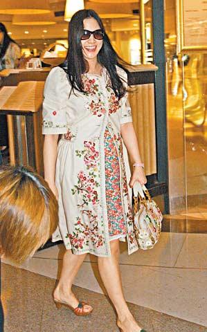 徐子淇在香港曾被拍到挺大肚逛街