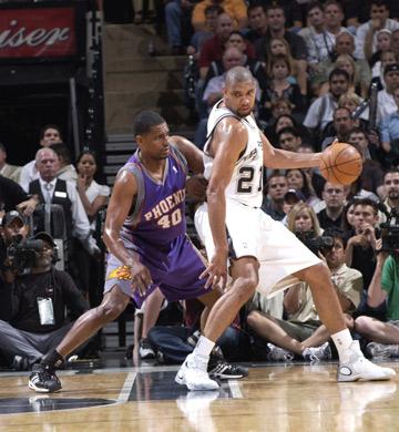 图文:[NBA]马刺负太阳 邓肯持球单打托马斯