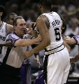 图文:[NBA]马刺负太阳 霍利与纳什扭打