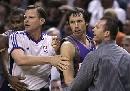 图文:[NBA]马刺负太阳 纳什被助理教练拉开
