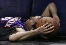 图文:[NBA]马刺负太阳 纳什被撞倒地