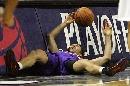 图文:[NBA]马刺负太阳 纳什痛苦倒地