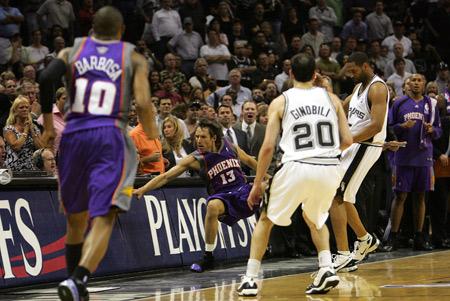 图文:[NBA]马刺负太阳 纳什被霍利恶意撞翻
