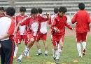 图文:国奥备战乌拉圭国奥 队员们进行热身训练
