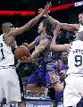 NBA图:马刺主场不敌太阳 纳什突破分球