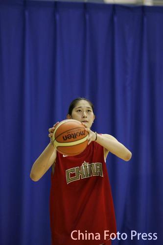 图文:中国女篮首次公开训练  隋菲菲练球