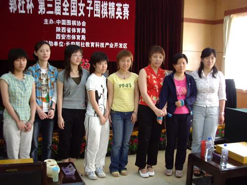 唐奕(左二)和其他女棋手