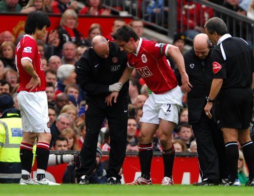 内维尔与博尔顿比赛时受伤的瞬间