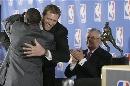 图文:诺维茨基当选NBA常规赛MVP 约翰逊送祝福