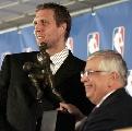 图文:诺维茨基当选NBA常规赛MVP 喜形于色