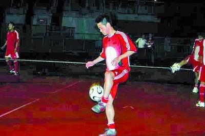 图为肇俊哲在耍球热身。