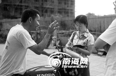 发帖家长苏先生接受记者采访 丁川 摄
