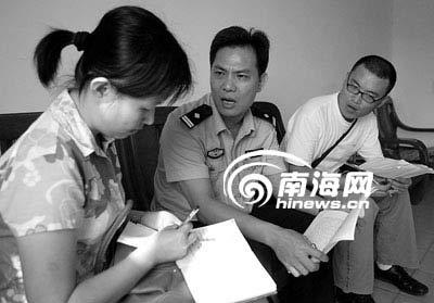 临城西门派出所当天值班民警接受记者采访。 丁川 摄