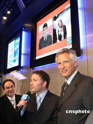 法国前总理德维尔潘(右)。 中新社发 钟诚 摄