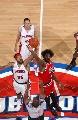图文:[NBA]公牛胜活塞 大本和天尊跳球