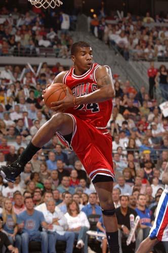 图文:[NBA]公牛胜活塞 托马斯抢篮板