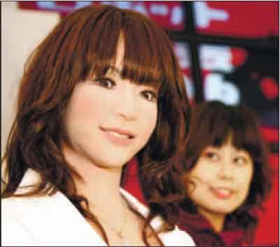 日本制造的仿真机器人与它的原型在一起。