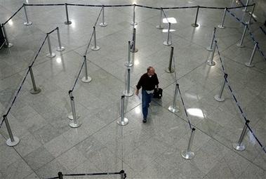 5月15日,旅客在空荡荡的雅典国际机场。希腊发生大规模示威,交通瘫痪