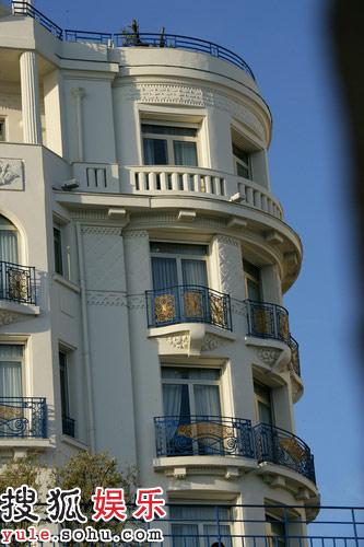 裘德-洛入住豪华宾馆外观