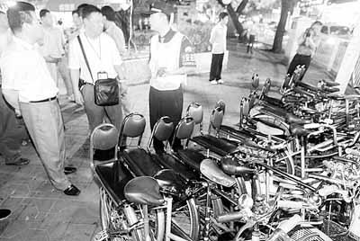 """深圳街头的""""自行车的士"""""""