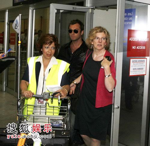 裘德-洛走出机场
