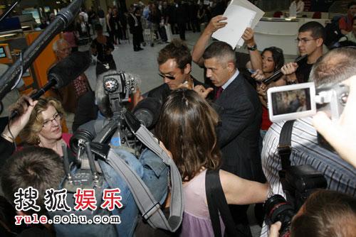 裘德洛被众多记者围住
