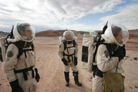 几名宇航员身穿宇航服