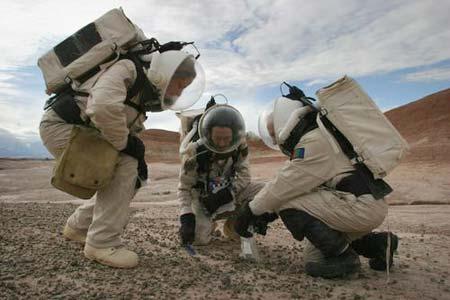 宇航员模拟收集火星岩石样品
