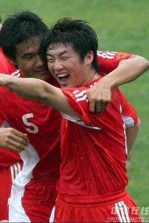 图文:[国奥]中国2-1乌拉圭 崔鹏笑逐颜开