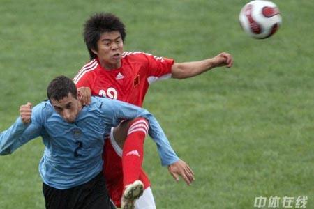 图文:[国奥]中国2-1乌拉圭 姜晨飞身争顶