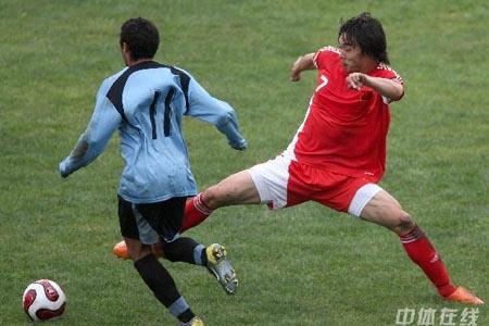 图文:[国奥]中国2-1乌拉圭 赵旭日鞭长莫及