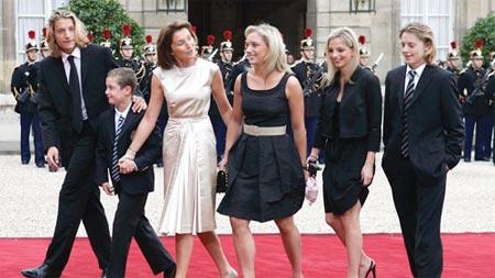 萨科齐的妻子塞西莉亚(左三)携子女让·萨科齐(左一)、路易·萨科齐(左二)、朱迪·马丁(左四)、让娜-玛丽·马丁(左五)、皮埃尔·萨科齐抵达爱丽舍宫。
