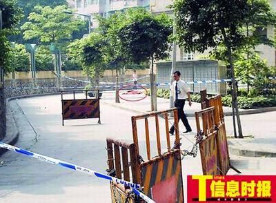 大楼朝向广州市第四中学操场的这一单元楼下,一块红布盖在一具老人的尸体之上。巢晓 摄