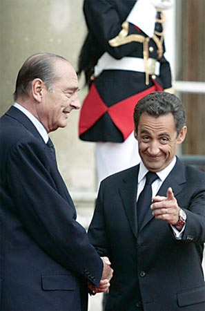 萨科齐(右)与希拉克握手。 新华/路透